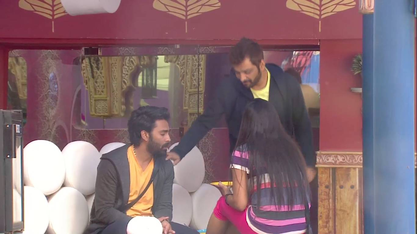 Andekha Action: Manu enacts Gaurav and Bani in front of friends!