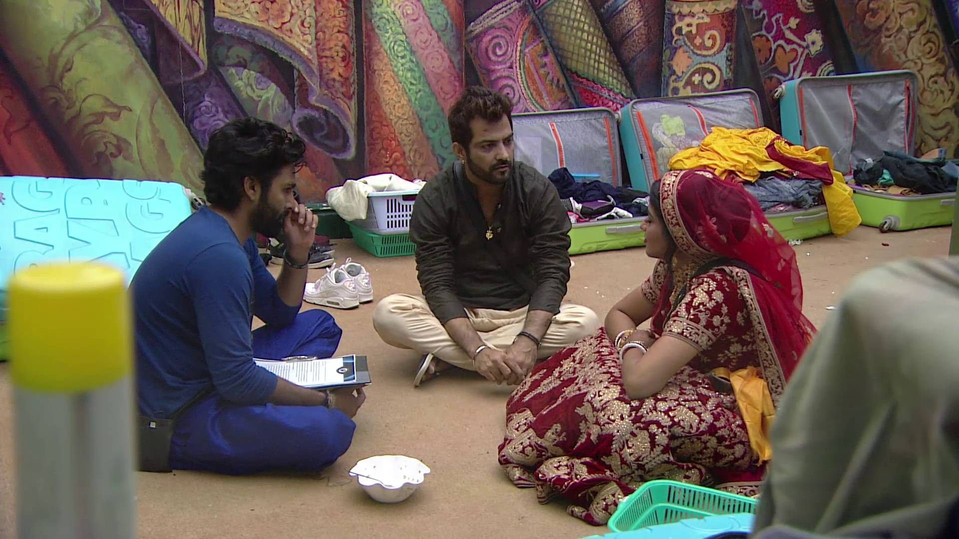 Andekha Action: Manu & Manveer ask Monalisa about Vikrant on Bigg Boss 10