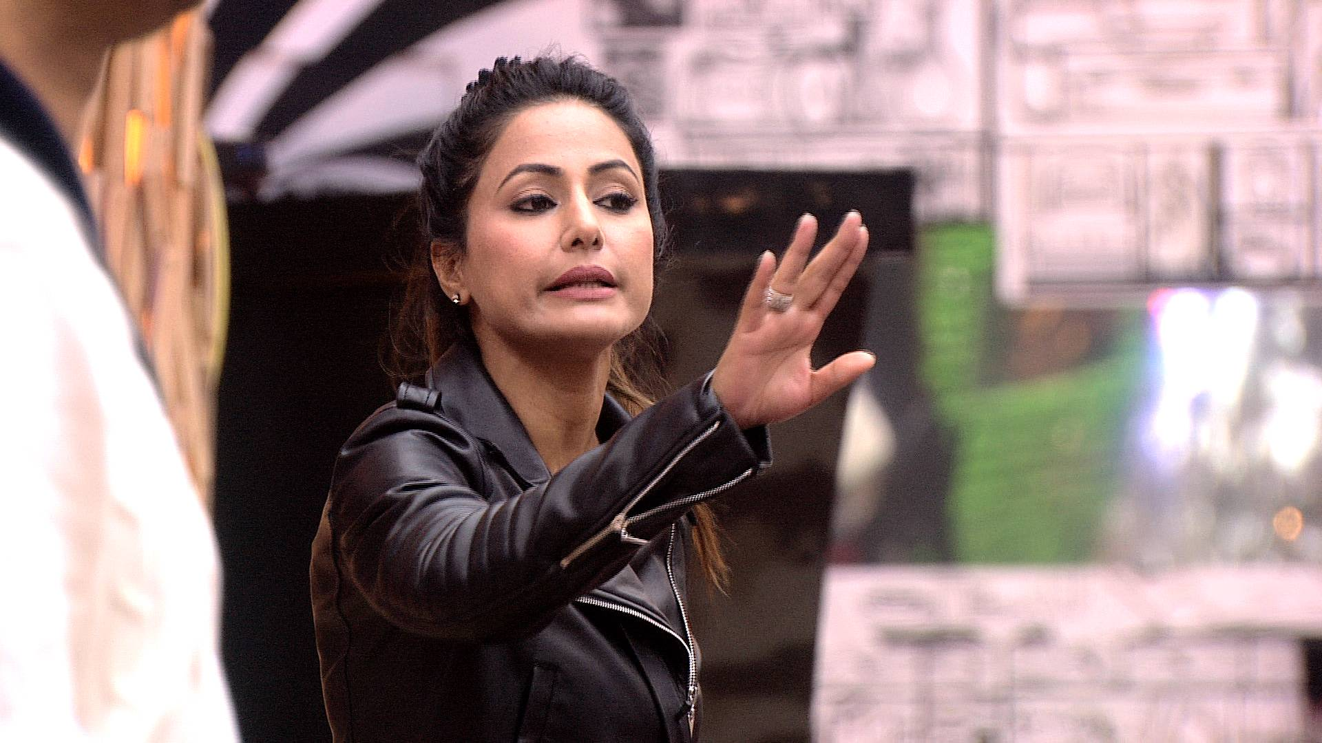 Bigg Boss 11: Hina Khan goes against Shilpa Shinde once again, know why!