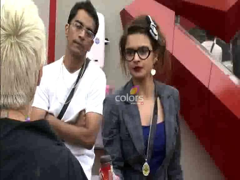 Niketan and Sapna accused of hiding coffee #Day 10, Sneak Peek