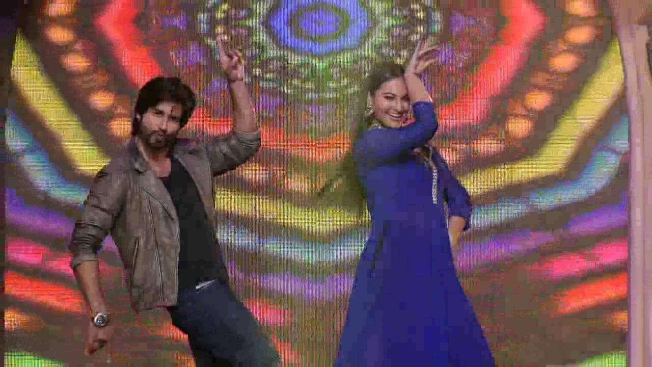 Shahid and Sonakshi grace up the stage: Day 77 Sneak Peek 2