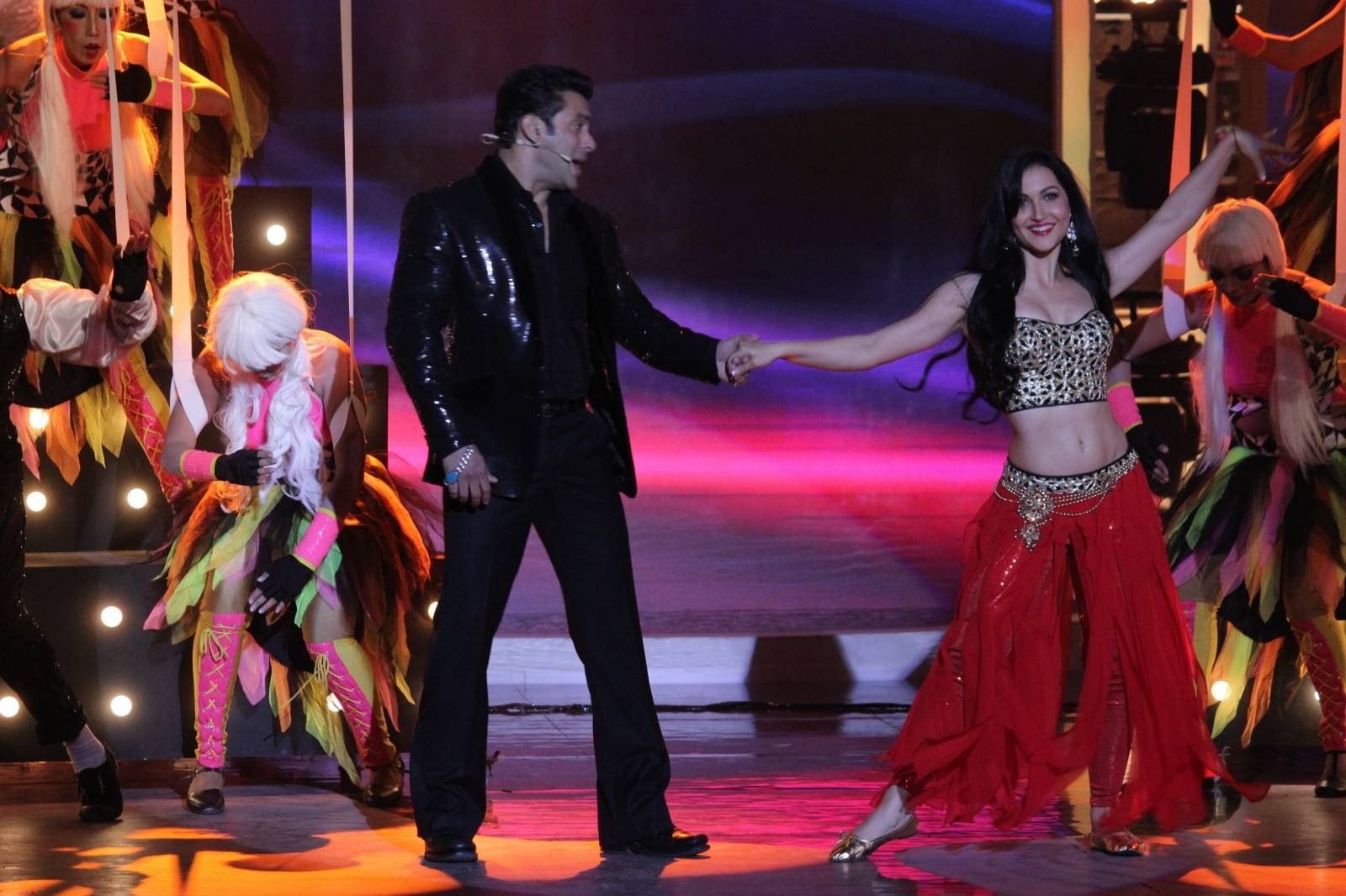 Sneak Peek: Ex-contestants perform with Salman