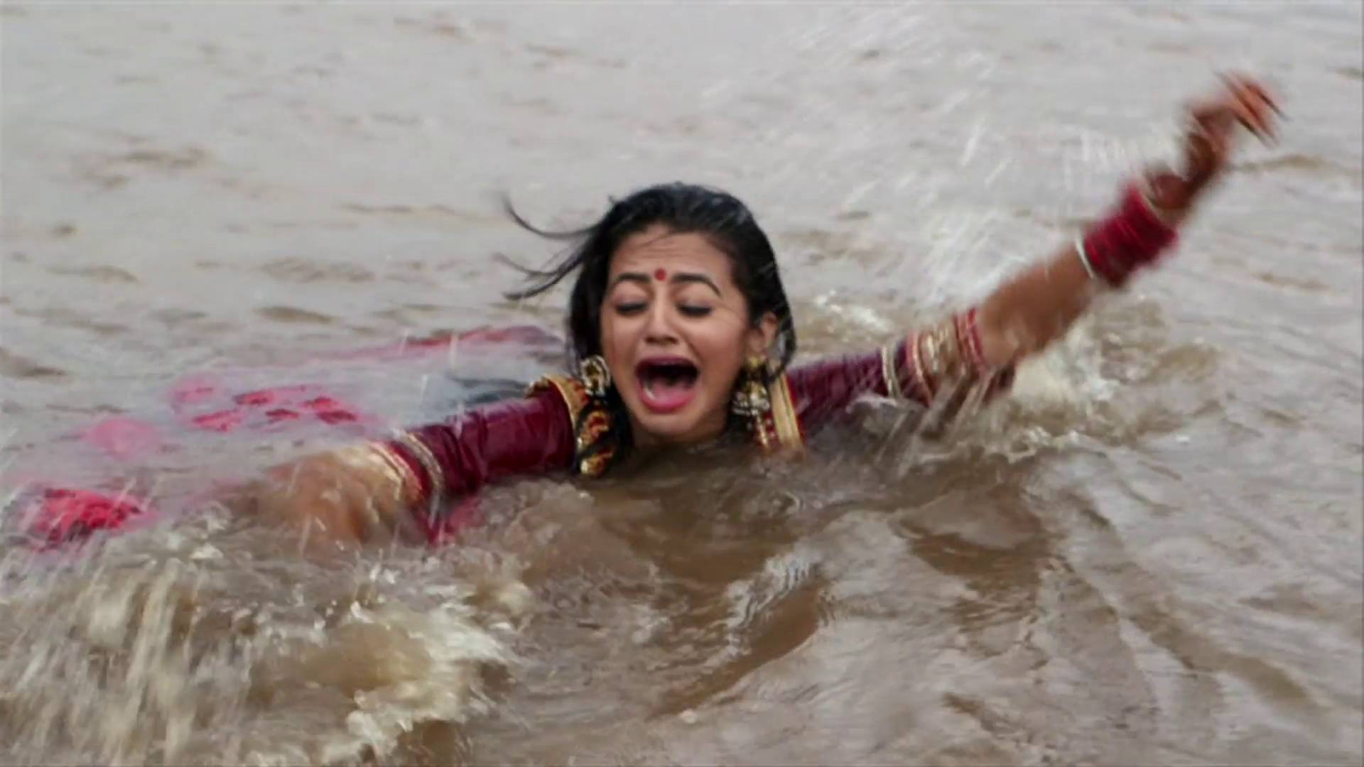 Swaragini Spoiler: Ragini pushes Swara into the river