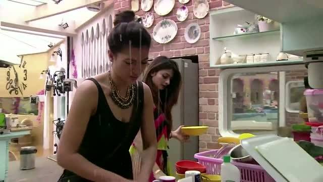 Tanishaa and Gauahar bond in kitchen: Uncensored #Day-102