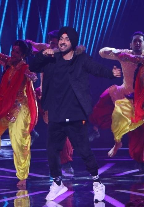 "Diljit Dosanjh dazzled the crowd with his moves on ""5 Taara"""