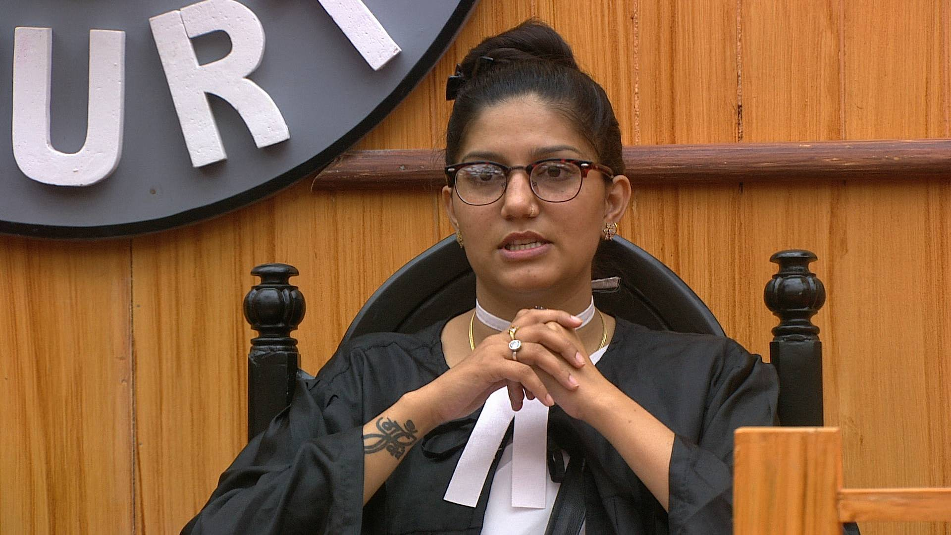 Will Sapna sacrifice her duties as a lawyer for her friends?