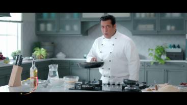 #BiggBoss13 aa gaya hai parosne mad manoranjan! Dekhna na bhoolein #BiggBoss13 with Salman Khan starting 29th September, 9 PM and Mon-Fri, 10:30 PM.