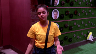 Kaise karegi Devoleena duties sab mein divide? Tune in to Bigg Boss tonight at 10:30 pm.