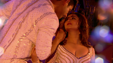 Sidharth aur Rashami Desai ka sizzling performance laga dega grand finale mein chaar chaand! Don't miss it tonight at 9 pm sharp#BB13GrandFinale par!