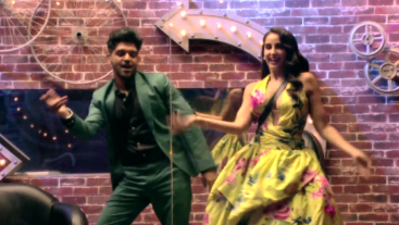 Aaj raat ghar waalon se mehmaan-nawazi karwayenge Nora Fatehi aur Guru Randhawa. Kya unke diye hue task mein pass honge ghar ke boys? Dekhiye 9 baje #Colors par. Catch it before TV on Voot Select