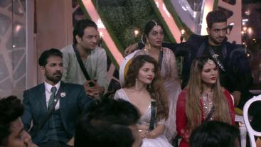 Kya press ko milengy Nikki Tamboli, Arshi Khan aur Vikas Gupta se unke sawaal ke ideal jawaab? dekhiye #WeekendKaVaar mein, aaj raat 9 baje, #Colors par.